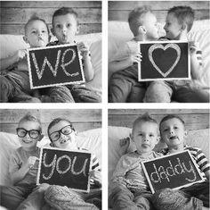 fotocollage-bambini-idea-regalo-fai-da-te-lavagnetta-scritta-festa-del-papà-foto-bianco-nero