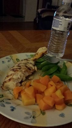 Grilled chicken breast seasoned with mrs. Dash, steamed plain butternut squash, raw sugar snap peas, and water. It's good to eat your veggies raw. Cooking can take away some essential nutrients your body needs. Healthy food for a fit chick Snap Peas Recipe, Steam Veggies, Healthy Food, Healthy Recipes, Sugar Snap Peas, Butternut Squash, Grilled Chicken, Spinach, Healthy Living
