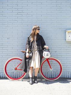 アートディレクターとしてNYをベースに活躍するリタは、クリエイターらしいこだわりを凝縮した赤の自転車が愛車。真っ赤な自転車を差し色にコーディネートを考えるのが楽しい! と話す、彼女のワークスタイルは、...