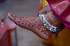 Bridal Jewelry Inspiration : Adorn Your Feet With Gorgeous Anklets Payal Designs Silver, Silver Anklets Designs, Silver Payal, Anklet Designs, Bridal Jewellery Inspiration, Gold Jewellery Design, Fancy Jewellery, Foot Jewelry Wedding, Bridal Jewelry
