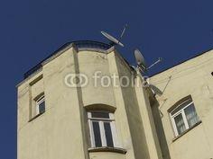 Verschachteltes Wohnhaus mit Satellitenschüsseln im Galataviertel im Istanbuler Stadtteil Beyoglu in der Türkei