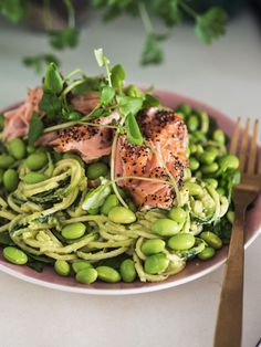 Laksesalat. Salat, varmrøget laks, pasta, squash, spinat, edamamabønner, bønner.