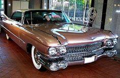 La Cadillac Deville, cette automobile ancienne fut produite de 1959 à 2005 il existe à huit générations de cette Cadillac Deville.