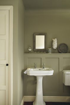 Farrow & Ball walls in bathroom Farrow Ball, English Style, French Country Style, Wood Panel Walls, Wood Paneling, Wood Panel Bathroom, Panelling, Bad Inspiration, Bathroom Inspiration