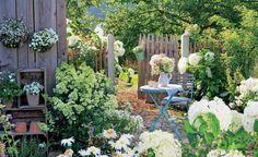 Hortensien versprühen überall ländlichen Charme. Die großen Blütenbälle der Sorte 'Annabelle' (Hydrangea arborescens) begeistern uns ab Juni bis in den Herbst hinein. Am wohlsten fühlen sich die winterharten Sträucher im lichten Schatten unter Bäumen oder an Plätzen, an denen die Sonne nur stundenweise scheint. Tipp: Ein jährlicher Rückschnitt im Frühjahr bis 20 Zentimeter über dem Boden hält die Pflanze kompakt und blühfreudig.