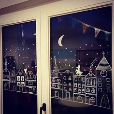 34 vind-ik-leuks, 8 reacties - Liesbeth Beeken (@liesbethbeeken) op Instagram: 'Zie de maan schijnt door de bomen....❄🌙 #raamtekening #zoeksintenpiet #sinterklaas #toverboom' Xmas Window Decorations, Country Christmas Decorations, Christmas Classroom Door, Christmas Mood, Vitrine Design, Creation Deco, Window Art, Xmas Crafts, Christmas Inspiration