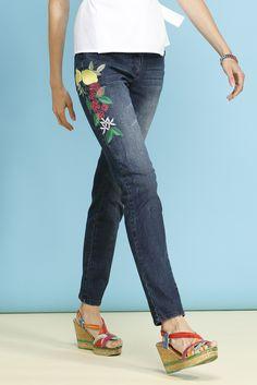 ALBA MODA Skinny-Jeans mit schöner Blüten- und Zitronen-Stickerei entlang des Beins in modischer 5-Pocket-Form und leichter Used-Waschung!