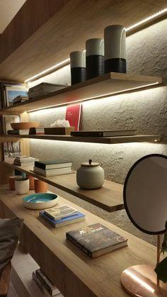Fundo da estante feito em limestone texturizado. Casa Cor 2016