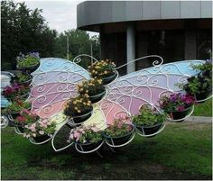 Garden Design Inspiration Build a metal butterfly sculpture for displaying your garden planters:Truly Cool and Low-Budget Garden Decorations Inspired by Butterfly Unique Gardens, Beautiful Gardens, Garden Crafts, Garden Projects, Art Projects, Yard Art, Jardin Decor, Deco Floral, Garden Planters