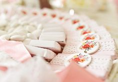 #wedding #bride #table #decoration #deco #chocolate #lace #pink #candies #chic Engagement Decorations, Candies, Wedding Bride, Brides, Wedding Cakes, Treats, Table Decorations, Chocolate, Chic