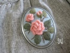 장미가 피는 계절에 복숭아빛이 살짝 도는 분홍실로 장미수를 놓아봅니다. 하늘색 리넨 바탕에 모사로 수놓...