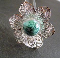 Bague globe en verre fleur argentée microbilles vertes : Bague par breloques-et-cie