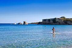 La spiaggia della Marchesa di Cassibile, a nord dell′Oasi di Vendicari. Un lungo arenile di sabbia bianca e un mare che sembra una piscina: calmo e cristallino. Il nome viene dalla nobildonna che possedeva queste terre (foto Barbara Corsico)