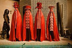 I Sacerdoti Rossi dispongono di un buon numero di servitori, questi oltre a giurare lealtà, devono celare il proprio viso a chiunque, soltanto i Sacerdoti conosco i loro tratti ed i loro nomi.