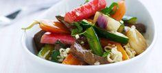 Kinesisk sursød sauce med agurk, rabarber, oksekød i wokstrimler og ægnudler. Skøn ret med masser smag! Klik her og se opskriften