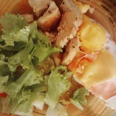 Frango ovos fritos com peito de peru e queijo e salada de tomate pepino e alface.  #paleo #atkins #keto #primal #lchf #lowcarb #slowcarb #vidasaudavel #barrigadetrigo #semgluten #glutenfree #semlactose #lactosefree #receitaslowcarb #comidadeverdade #instafood #eatrealfood #senhortanquinho #controleseucorpo #diet #dieta #saude #health #fit #fitness