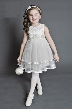 vestidos elegantes  (1)                                                                                                                                                                                 Más Little Girl Gowns, Gowns For Girls, Frocks For Girls, Kids Frocks, Girls Party Dress, Little Girl Dresses, Girls Dresses, Fashion Kids, Toddler Dress