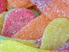 Faire ses propres bonbons piquants de style langues de chats No Cook Desserts, No Cook Meals, Candy Recipes, Sweet Recipes, Bonbon Caramel, Home Made Candy, Bubble Gum Machine, Vegan Junk Food, Vegan Tattoo
