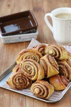 호떡믹스로 만드는시나몬롤호떡믹스로 호떡만 만드는 법 있나요?제빵에 도전하다!!!호떡믹스로 시나몬롤 만들기영화 '카모메 식당' 시나몬롤 모양으로 만들어 구워주면누가 호떡믹스로 만들었다고 알 수 있을까요.커피와 너무 잘 어울리는 시나몬롤쉽게 만들어보아요 :)▽▼○□◇△▽▼[ 재료 ]호떡믹스 1봉, 우유 1종이컵, 버터 1수저 + ½수저,달걀물(달... Cinnamon Pie, Bread Cake, Cookie Desserts, Korean Food, Food Design, Bread Baking, Cake Cookies, No Cook Meals, Baking Recipes