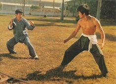 Bruce Lee and Ying-Chieh Han in Tang shan da xiong Bruce Lee Fotos, Ip Man Film, Kelly Hu, Jeet Kune Do, The Big Boss, Brandon Lee, Enter The Dragon, Training Motivation, Boxing Training
