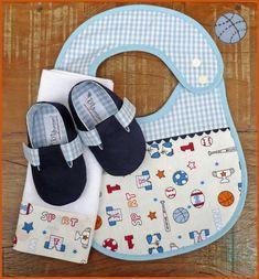 Kit para bebê contendo:  1 sapatinho (disponíveis nos tamanhos: 0-3 meses; 3-6 meses ou 6-9 meses )  1 babador (com duas regulagens)  1 paninho de boca    Informações de tamanho para o sapatinho:  0-3 meses - 9,5 cm de comprimento / corresponde aproximadamente à numeração 14;  3-6 meses - 11cm de comprimento / corresponde aproximadamente às numerações 16/17;  6-9 meses - 12cm de comprimento / corresponde aproximadamente à numeração 18. R$ 69,00