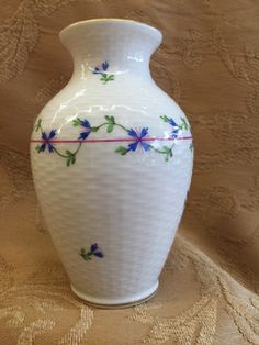 VINTAGE HEREND SIGNED AND NUMBERED HAND PAINTED VASE WITH A BASKET WEAVE PATTERN. EXCELLENT CONDITION. 5H