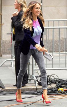 Beauty Tips, Celebrity Style and Fashion Advice from InStyle - Sarah Jessica Parker wows both by day and by night in New York - Estilo Carrie Bradshaw, Carrie Bradshaw Shoes, Sarah Jessica Parker, Style Casual, My Style, Chic Outfits, Fashion Outfits, Look Blazer, Jeans Slim