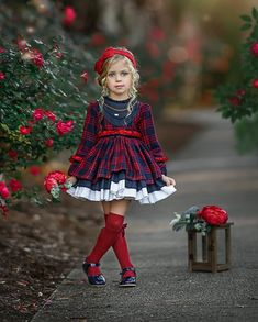 La imagen puede contener: 2 personas, niños y exterior Cute Girl Outfits, Cute Outfits For Kids, Toddler Outfits, Little Girl Fashion, Little Girl Dresses, Kids Fashion, Kids Christmas Outfits, Girls Christmas Dresses, Minimizer Bh