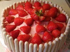 Strawberry, White Chocolate & Vanilla Cake Simply fabulous :D Chocolate And Vanilla Cake, White Chocolate, One Pot Dishes, Strawberry Fruit, Birthday Cake, Vegetarian, Cakes, Baking, Desserts