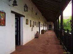 Pasillos hechos en adobe.Las columnas hechas en maderas fueron talladas por indígenas en el siglo XVll.