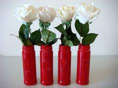 vidros reciclados transformados em vasinhos com a palavra LOVE, feito por Eliane Barros