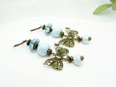 Boucles d'oreilles dormeuses, intercalaires Nœuds en Bronze Perles Artisanales céramique bleu clair : Boucles d'oreille par madely
