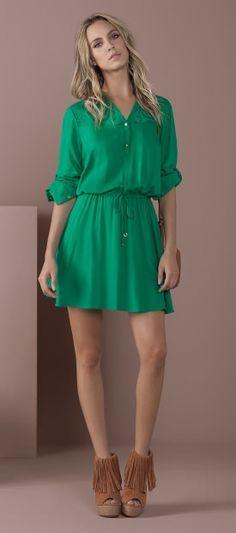 vestido cor lisa com detalhe de botoes no peito e renda no ombro cintura marcada com amarracao open boot franjas anabela