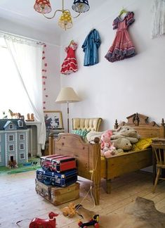 Children's room - Vintage bed - Via Family Living Casa Kids, Kids Bedroom Designs, Toy Rooms, Little Girl Rooms, Vintage Children, Vintage Kids Rooms, Vintage Crib, Vintage Bunting, Vintage Room