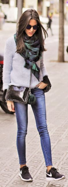 Street Style: Sandra Buisan is wearing a blue and green oversized scarf with jeans and sweater outfit Fashion Mode, Look Fashion, Winter Fashion, Fashion Outfits, Womens Fashion, Korean Fashion, Net Fashion, Fashion Flats, Fashion News