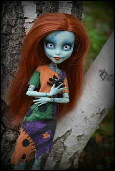 Monster High doll repainted and had her hair done to look like Sally (I love Monster High Dolls, but this is amazing) Custom Monster High Dolls, Monster Dolls, Monster High Repaint, Custom Dolls, Coraline, Ooak Dolls, Blythe Dolls, Art Dolls, Love Monster