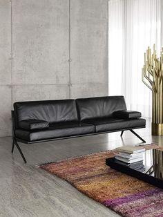 sofa de couro e tapete colorido