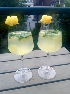 Als de zon even doorkomt vind je ons op het terras met een heerlijke cocktail!Aangezien wij sinds deze week bezig zijn met onze plantaardige challenge en zo min mogelijk koffie, suiker, alcohol en…