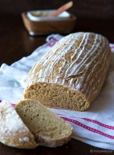 Kinuskileipomo Pikku Myyn tekemä hiivaleipä vangitsi huomioni ja pian minäkin huomasin olevani hiivaleipätaikinan kimpussa. Pikku Myy käytti kohotusvaiheessa nostatuskoria (minulle uusi apuväline), joka oli leivän pintakuvion salaisuutena. Daily Bread, Baking, Bakken, Backen, Sweets, Pastries, Roast