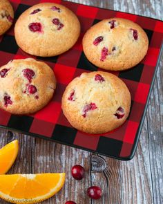 Brighten up your day with these cranberry orange muffins! They are soft and moist, loaded with tangy cranberries and bursting fresh orange flavors. Cinnamon Roll Muffins, Nutella Muffins, Healthy Banana Muffins, Cranberry Orange Muffins, Cranberry Recipes, Triple Chocolate Muffins, Cherry Muffins, Starbucks, Muffin Recipes