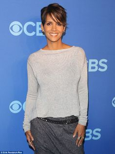 She's got that new-mom glow! The looked simply stunning, her complementary nat… She's got that new-mom glow! The looked simply stunning, her complementary nat… Pixie Hairstyles, Pixie Haircut, Cool Hairstyles, Halle Berry Hairstyles, Haircuts, Short Pixie, Short Hair Cuts, Halle Berry Style, Halle Berry Short Hair