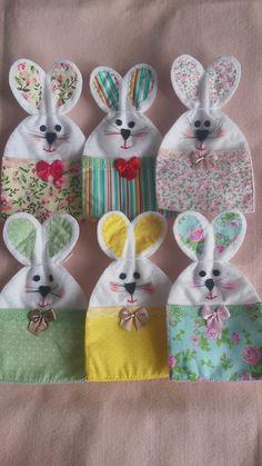 SAQUINHO PEQUENO PARA CHOCOLATE. PODE SER COLOCADO UM SONHO DE VALSA OU ALGUNS BATONS, OU OUTROS A ESCOLHER. PODE SER FEITO EM OUTRAS ESTAMPAS CORES E TAMANHOS (CONSULTAR) Bunny Crafts, Felt Crafts, Easter Crafts, Baby Couch, Sewing Projects, Projects To Try, Crochet Rabbit, Party In A Box, Easter Bunny