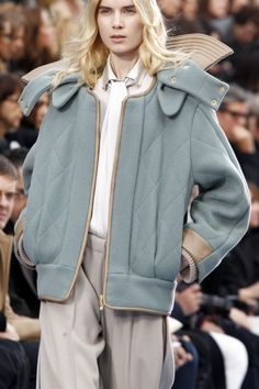 Chloé Fall 2012 Ready-to-Wear Fashion Show Sport Fashion, Fashion Show, Womens Fashion, Fashion Trends, Iranian Women Fashion, Neoprene, Stylish Coat, Fashion Details, Fashion Design