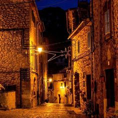 Millones de gracias a @sandra_closa por compartir esta fotografía nocturna del Carrer de la Rosa. #igersmallorca #travelblogger #mallorca #photooftheday #igers #viewpoint #picoftheday #blogger #igersbalears #valldemossa #spain #espana #visitvalldemossa #wanderlust #love #holiday #cute #instalike #instagood #architecture #summer #fun #tflers #happy #instadaily #beautiful #landscape #street #autumm #vsco