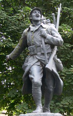 """3 - Monument aux morts de Phalempin (nord de la France, près de Lille), construit après 14-18, évoquant le thème """"La victoire en chantant"""""""