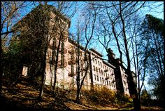Nature is reclaiming this abandoned sanatorium in New York and it's haunting beautiful. Just wait until you see the inside of this rotting place. Haunted Asylums, Abandoned Asylums, Abandoned Train, Abandoned Castles, Haunted Places, Abandoned Houses, Abandoned Places, Castle On The Hill, Tunnel Of Love
