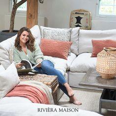 Wat een plaatje, de woonkamer en Miljuschka zelf natuurlijk ook! Ontdek de hele collectie en creëer deze look bij je thuis. #rivieramaison #woonkamer #interieur #homedeco #decoratie #interiorstyle #homeinspo Terracotta, Couch, Furniture, Home Decor, Lush, Settee, Sofa, Terra Cotta, Couches