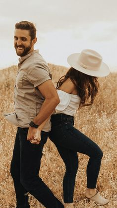 Cute Couple Poses, Photo Poses For Couples, Couple Photoshoot Poses, Engagement Photo Outfits, Couple Photography Poses, Couple Posing, Outfits For Engagement Pictures, Casual Engagement Outfit, Photography Outfits