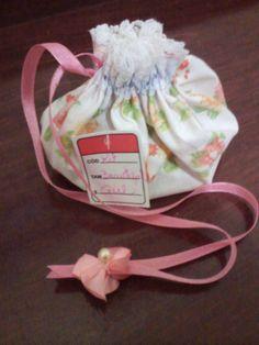 Bolsinha de tecido artesanal com kit de brinquedos para menina
