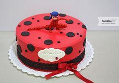 Ladybug y Cat Noir cake. Ladybug Party Foods, Ladybug Cakes, Candy Gift Baskets, Candy Gifts, 5th Birthday Cake, Girl Birthday, Miraculous Ladybug Party, Ladybug Y Cat Noir, Girl Cakes